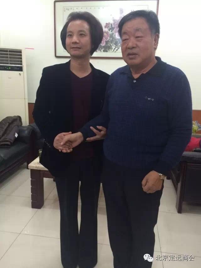 国家一级美术师马万里向北京定远商会会长张邦栋赠画图片